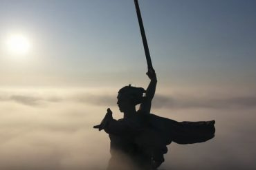Родина-мать в Волгограде туманным утром сьемки с дрона сталинград 2019 монумент красиво захватывает дух величие ссср да здравствует народ победитель